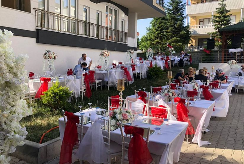 Bahçede Muhteşem Düğün Ve Kına Organizasyonu İçin A'dan Z'ye Kurulum